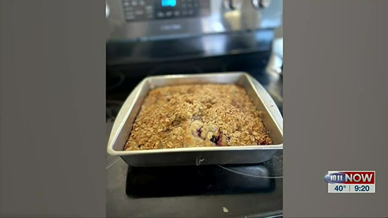 "Common Ground volunteer Melisa Konecky makes a ""blueberry buckle coffee cake"" in this segment."