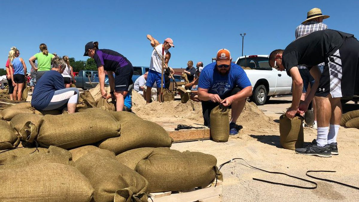 People in Wood River filling up sand bags.<br />(Credit: KSNB)