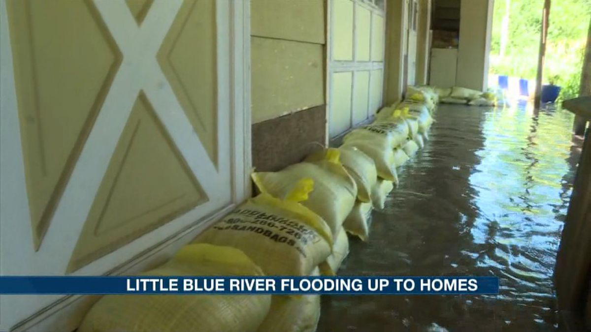 Overflow from the Little Blue River reaches up to some homes in Ayr Wednesday. Volunteers sandbagged around the  houses to prevent water from entering. (Source: Kelsey Dickeson, KSNB)